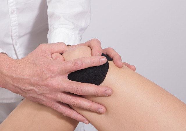 massage working on knee pain
